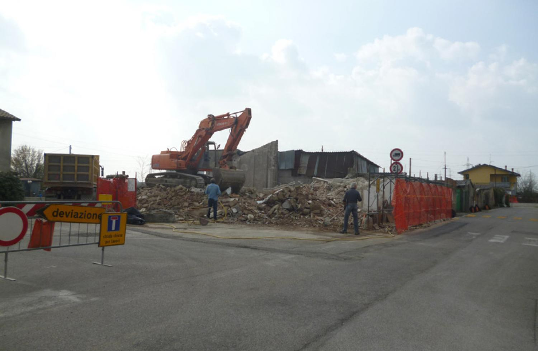Demolizione e ricostruzione di un edificio a destinazione mista - Piano Casa